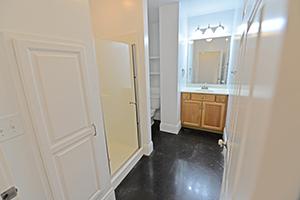 Kirkwood, The Uptown Continental, Bathroom